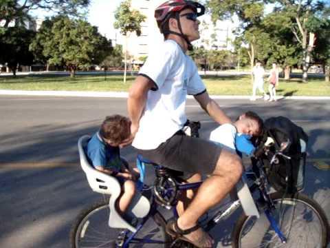 Bicicleta e transporte das crianas  cama mvel para