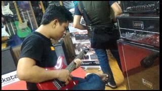 Cumi Legend beli acoustic Gitar & bass di Hari Hari Musik