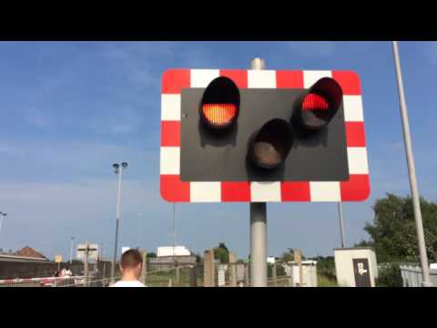 (720p) Great Northern Terrace Level Crossing (09/06/16)