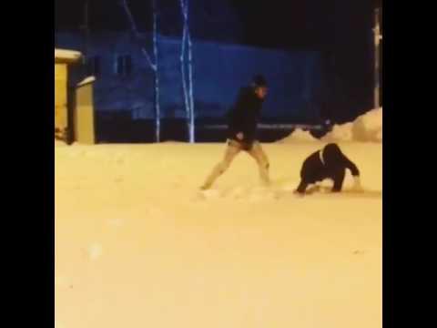 Как правильно бросать девушек в снег
