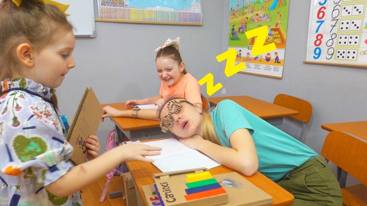 Compilare Sara este invatatoare | Obiecte din carton la scoala