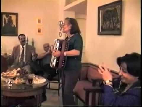 """اجرای زیبای ترانه """"زن زیبا بود در این زمونه بلا"""" توسط بانوی ایرانی با آکاردئون"""