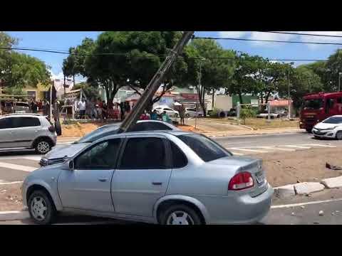 (VÍDEO) Acidente com dois carros e ônibus derruba poste na BR 101