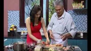 Cá hồi cuộn măng tây sốt trứng
