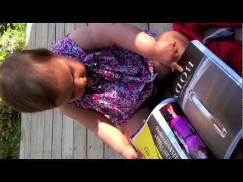 Bebé confunde un iPad con una revista