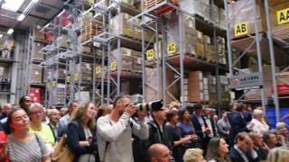 Minister Kamp tapt kopje thee uit mega-Quooker