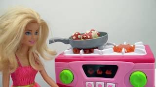 Кен и Барби готовят ужин. Видео для девочек про куклы