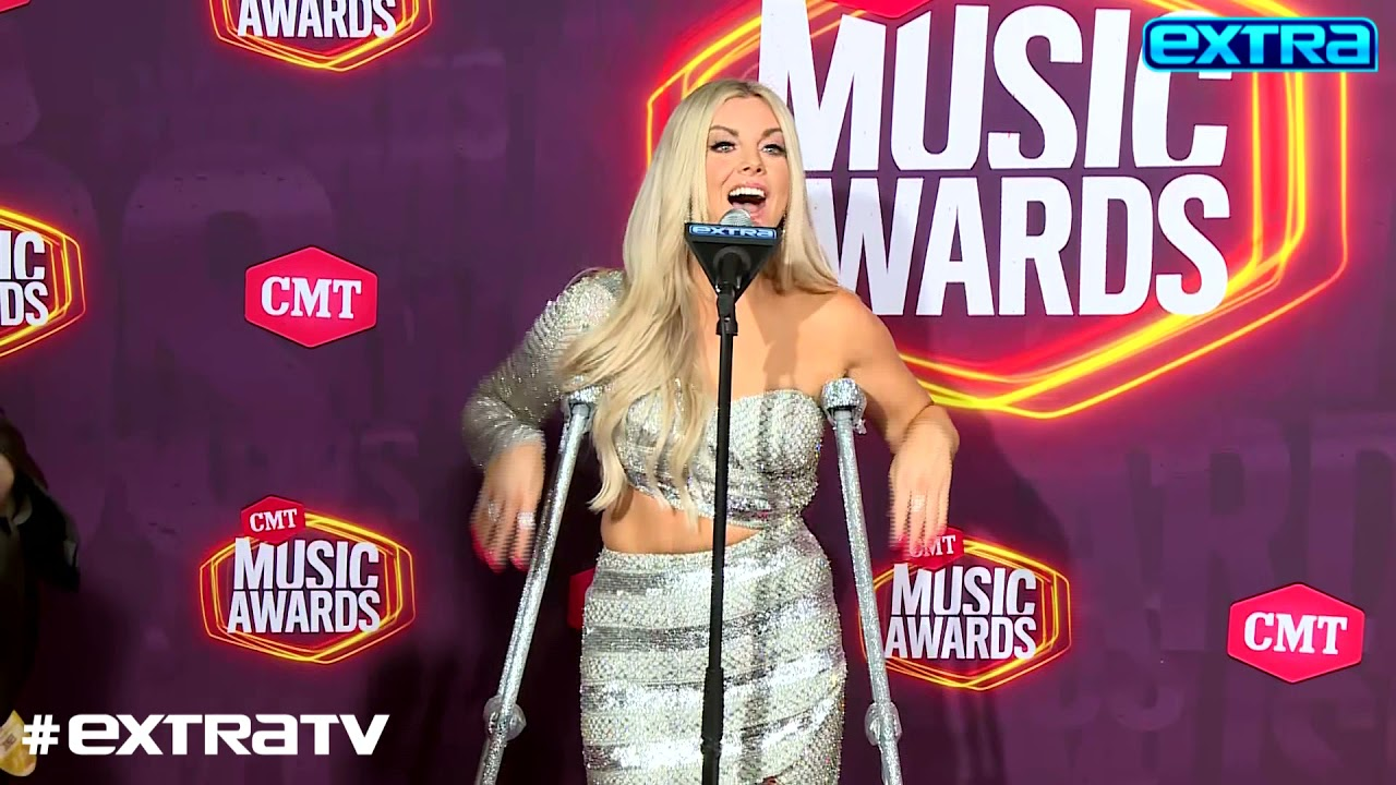 Ow! Lindsay Ell Reveals She Broke Her Foot While Chasing Her Dog