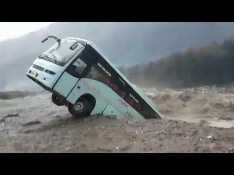 Autocarro arrastado pela força da água na Índia