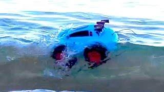 Машина - амфибия на радио управлении откапывается из песка и гоняет по пляжу