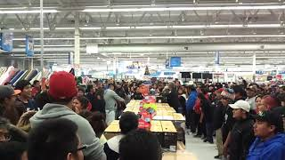 Black Friday 2017- Hขge fights between cashiers