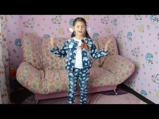 Изображение предпросмотра прочтения – МартаМолдованова читает произведение «Майор привез мальчишку на лафете» К.М.Симонова