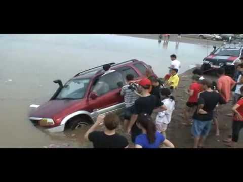 Xế khủng đua nhau lội sông Hồng - Xe khung dua nhau loi song Hong - webyeuthuong.com