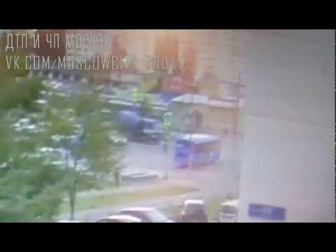 Момент аварии в Зеленограде, бетономешалка въехала в автобус  ДТП авария москва