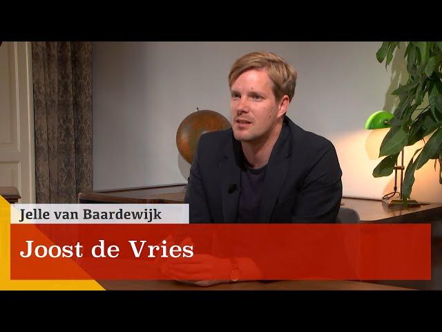 Waarom zou je nog romans lezen? Joost de Vries over de pretentie van literatuur.