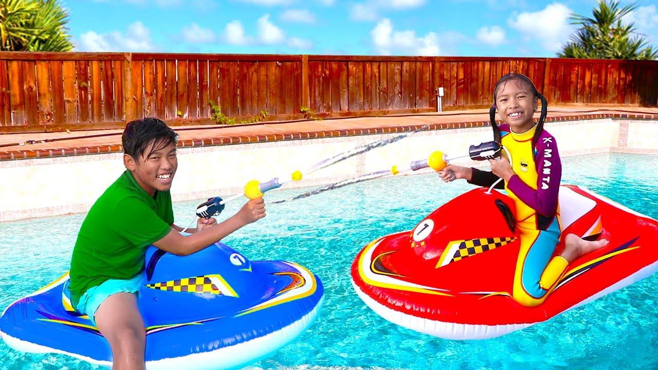 Wendy & Michael Jugando con Juguetes Inflabes Gigantes en la  piscina | Cuentos Para Niños