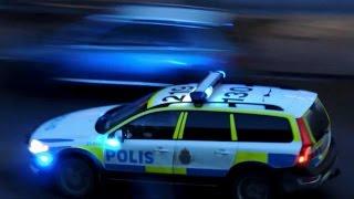 2 polisbilar på utryckning med sirener & blåljus, 9 januari 2015.