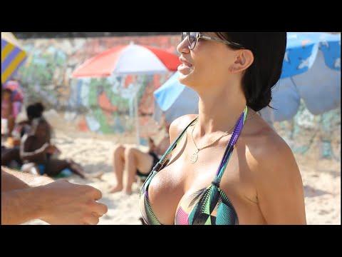 Girls kissin in bikinis