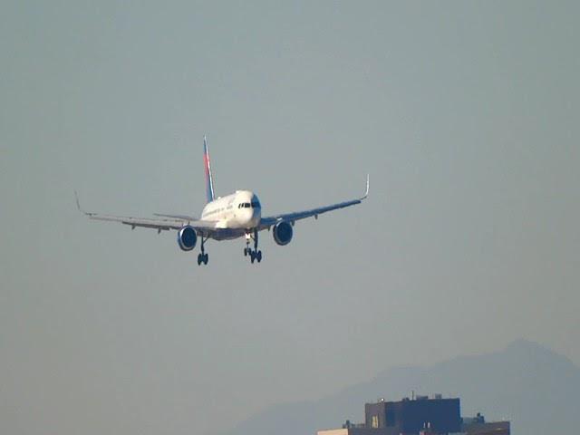 Delta 757-200 landing at Phoenix sky harbor on runway 8