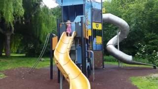 Vlog.Играем на детской площадке,катаемся на скутере,кушаем фрукты.Elvira plays at playground.