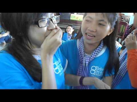 Đắng lòng sinh viên hôn nhau tập thể giữa thanh thiên bạch nhật.