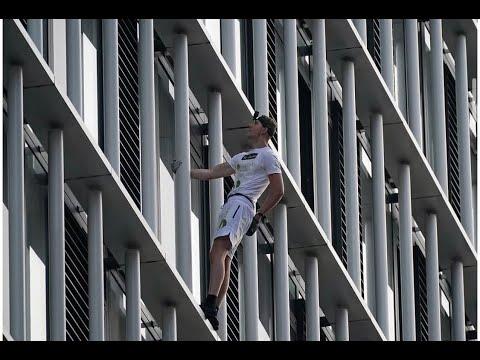 """没用任何绳索保护 英国""""蜘蛛人""""仅用半小时徒手爬上36层大楼(图/视频)"""