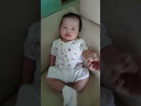 Baby Gernelle 4 months mom sings if u happy n u kw u clap ur hands!!!