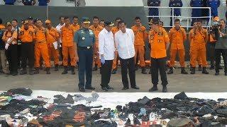 Saat Jokowi Tertunduk Melihat Sepatu Bayi Korban Pesawat Lion Air JT 610