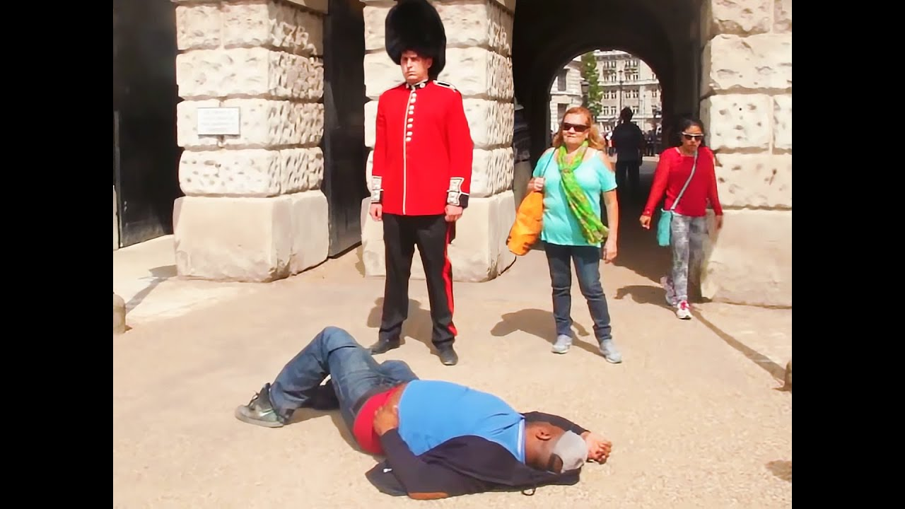 Download guy tries to fight royal guard (BIG MISTAKE)