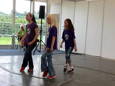 Criw ifanc yr Wyddgrug yn clocsio yn Eisteddfod y Bala 2009