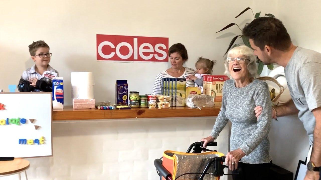 Familia prepara un supermercado en casa para que abuela con Alzheimer pueda hacer compras