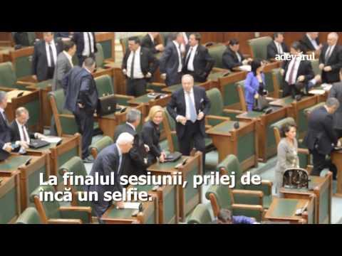 Senatorii selfie. La inaugurare, senatorii s-au pozat mai mult decât au ascultat