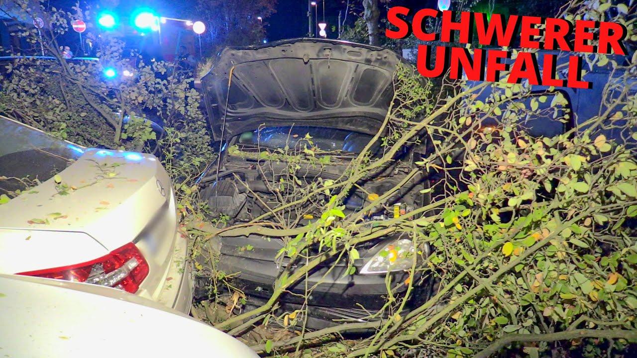 [SCHWERER UNFALL IN NEUSS] - PKW durchbrach Grünstreifen & krachte in geparkte Autos | 3 Verletzte -
