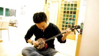 Hiro-san playing the Sanshin (K's House Tokyo)