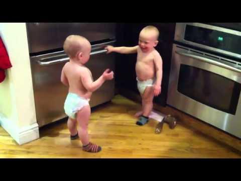 """2 em bé sinh đôi """"nói chuyện"""""""