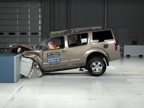 2007 Nissan Pathfinder moderate overlap IIHS crash test