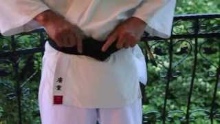How to tie a karate belt (obi)? / Как правильно завязывать пояс?(Мастер каратэ Хиросигэ Цуеси (8 дан) показывает как правильно завязывать пояс в киокушинкай. http://superkarate.ru..., 2014-07-03T11:21:44.000Z)
