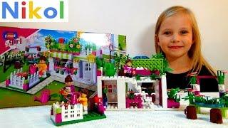 Николь собирает конструктор для девочек ,, Цветочный магазин