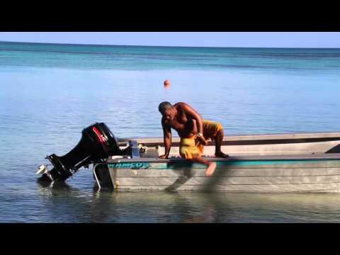 Tuvalu Funafuti area Embarquement avec des rangers / Tuvalu Funafuti Boarding with rangers