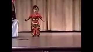 Дети танцуют Малышке всего один год Bharata Natyam Индия