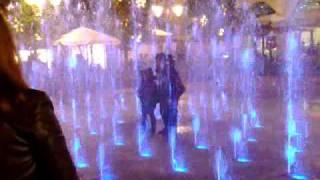 le comiche all'outlet marcianise la reggia persone rimaste bloccate all'interno della fontana