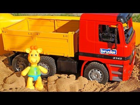 Видео для детей: Жирафик Мофи лепит Куличики! Игры с песком! Машинки: Грузовичок, Экскаватор.