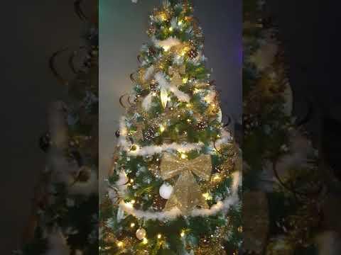 Décoration sapin de Noël doré et blanc, salon gris et bleu ...