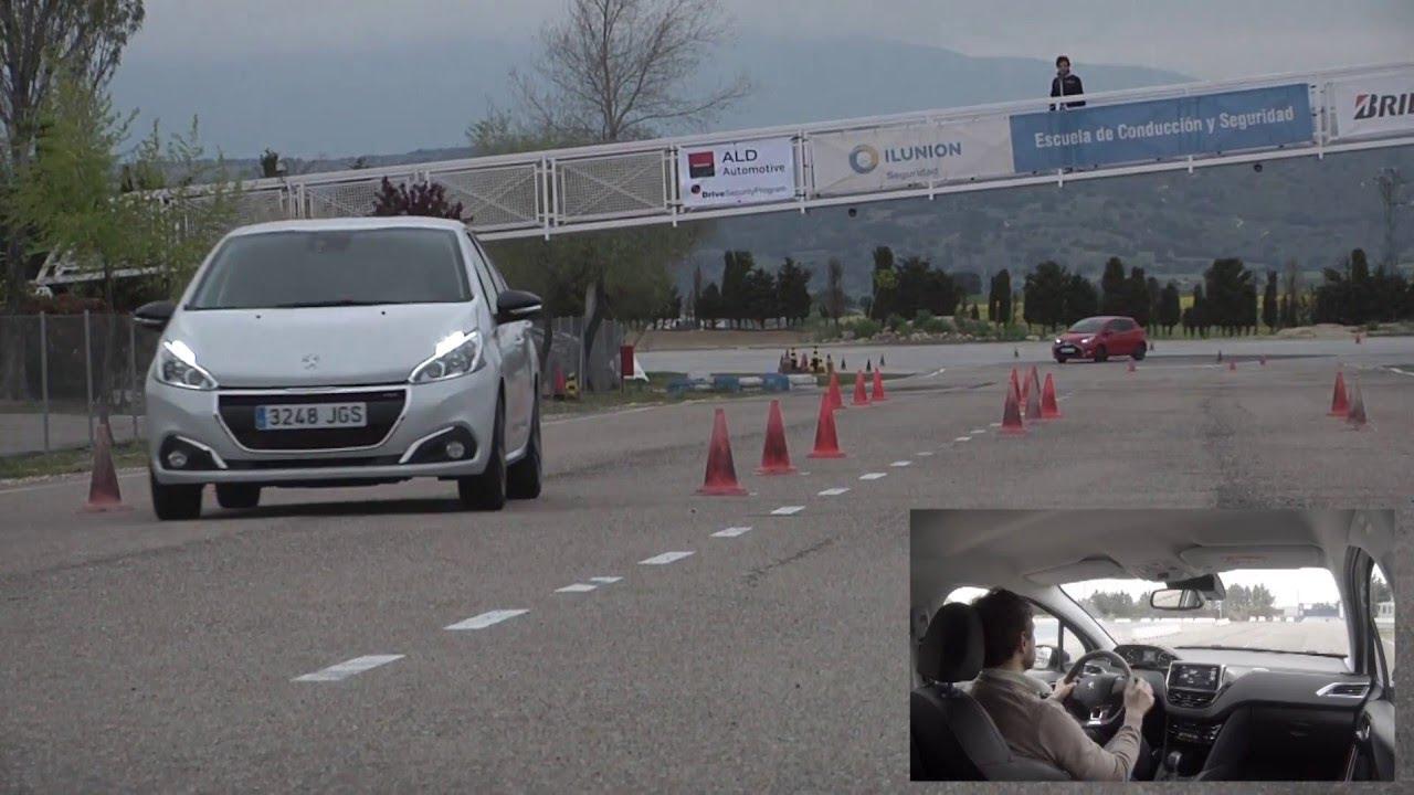 Peugeot 208 1.2 PureTech 110 GT Line 2015 - Maniobra de esquiva (moose test) y eslalon   km77.com