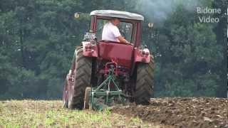 Historisches Pflügen mit alten Traktore...