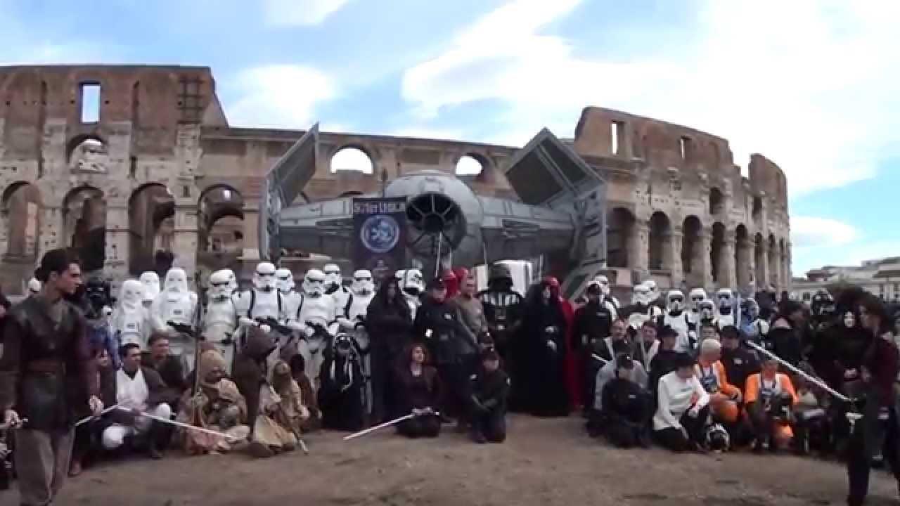 Nella foto: ( 2014) a Roma, lo Star Wars Day invase il Colosseo, con le truppe imperiali e gli incrociatori galattici che si affiancarono ai centurioni romani nella città eterna.