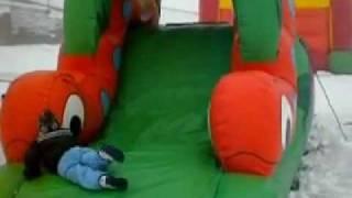bambini sulla neve al parco giochi sulla neve park slide