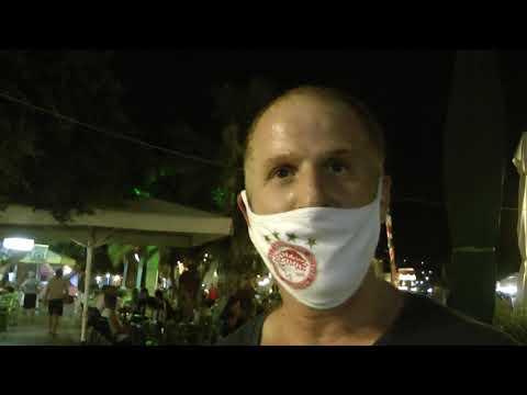 Ο συμπαθητικός Παντελής με μάσκα του Ολυμπιακού στην κεντρική πλατεία Καλύμνου