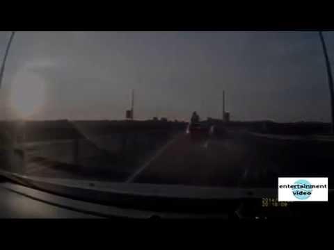 мотоциклист акробат сделал сальто и приземлился на крышу авто