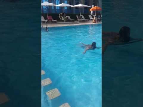 Ryan et Rima @ la piscine à Rabat